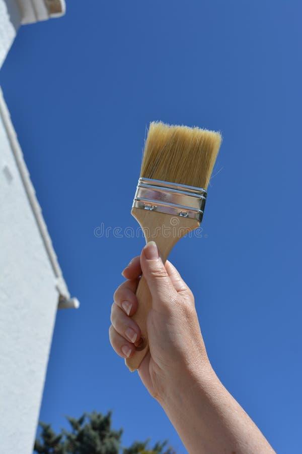Улучшения дома и DIY, кисть удерживания руки стоковое изображение rf