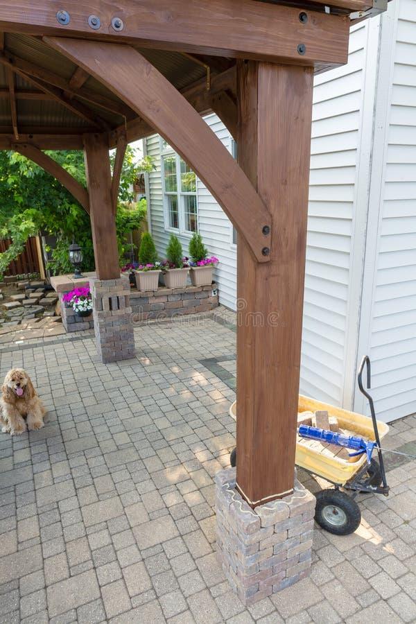 Улучшения дома DIY добавляя газебо стоковая фотография rf