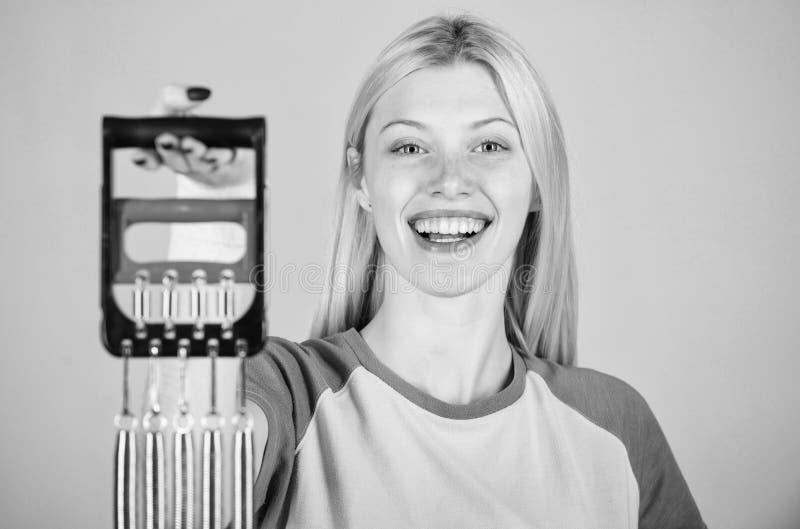 Улучшите ваше тело Достигните большей формы Насладитесь результатом Оборудование спорта детандера простирания женщины с усилием К стоковая фотография rf