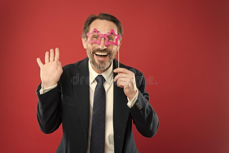 Улучшите для корпоративной партии Красивый зрелый человек нести поддельные аксессуары стекел Смешной бизнесмен в photobooth парти стоковое изображение