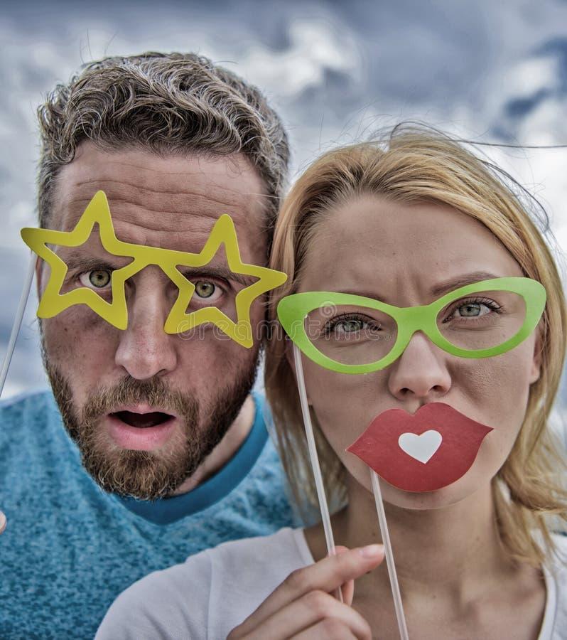 Улучшите для потехи фото ( Пары в любов наслаждаются временем партии на облачном небе r стоковые фотографии rf