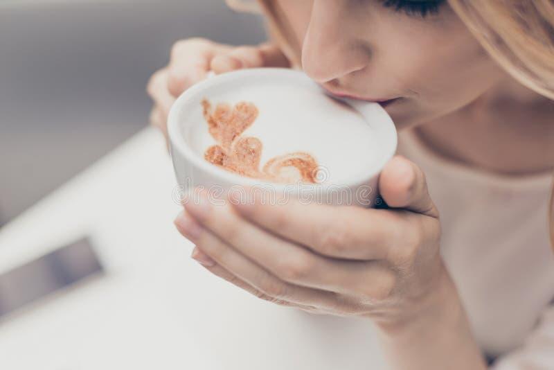 Улучшите старт дня! Закройте вверх по белой ароматичной кофейной чашке с ним стоковое изображение