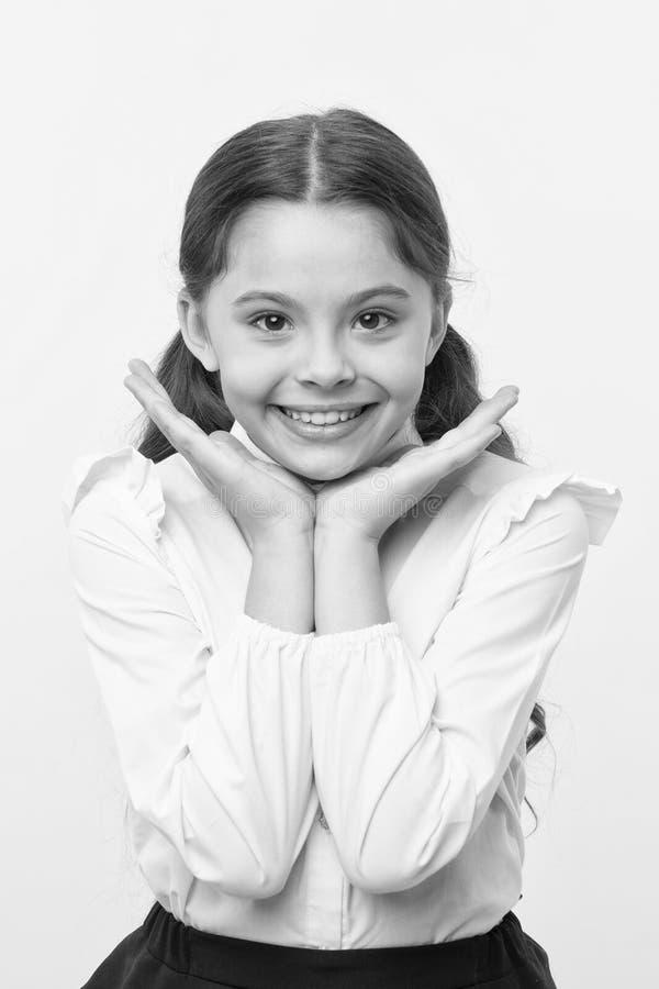 улучшите усмешку Девушка счастливая демонстрирует ее совершенную предпосылку желтого цвета улыбки Школьница не может ждать назад  стоковая фотография rf