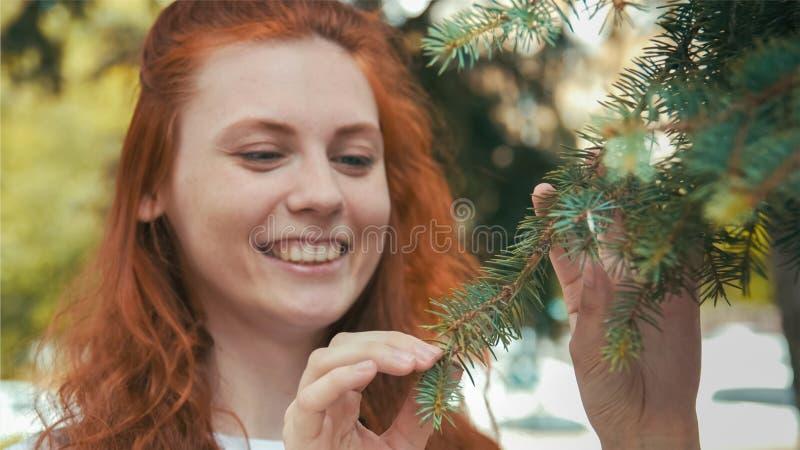 Улыбающаяся красавица в зеленом парке стоковые изображения rf