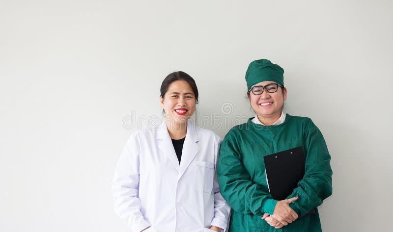 Улыбка 2 азиатская медицинских работников Портрет азиатского доктора стоковое фото rf