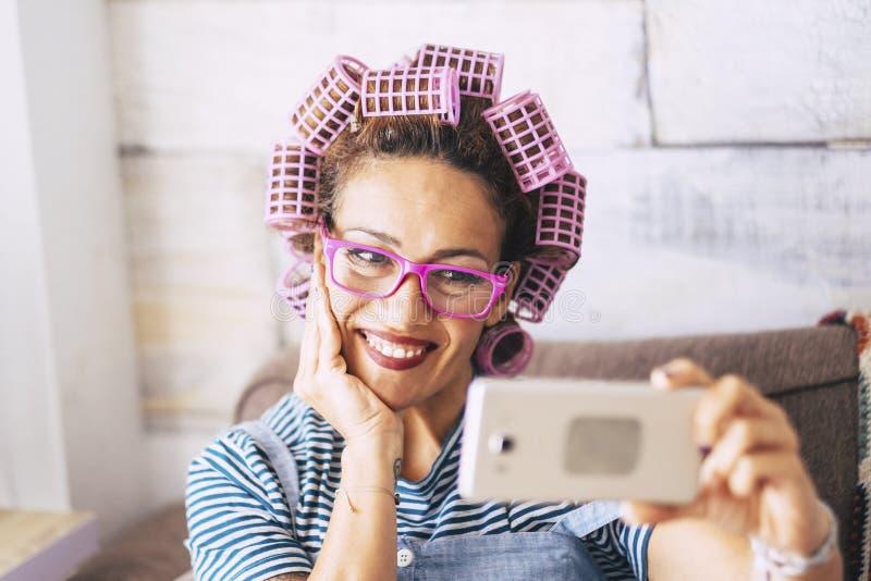 Улыбка взрослой женщины среднего возраста жизнерадостных красивых людей кавказская на телефоне на промежуток времени видео-чата и стоковое фото rf