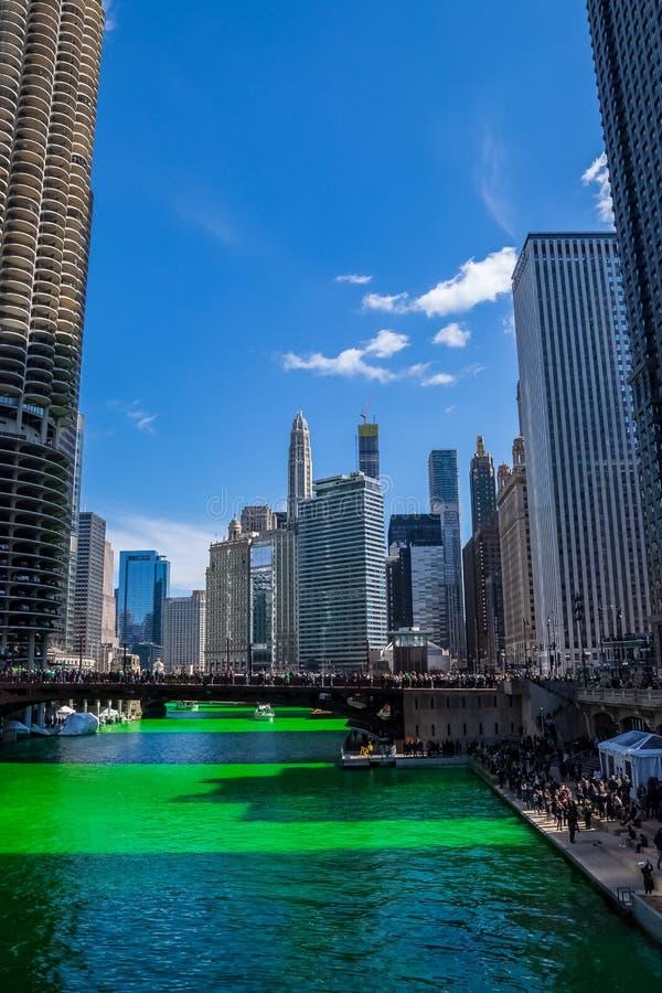 Улыбка в небе сформированном облаками над покрашенной зеленой Рекой Чикаго стоковое фото rf