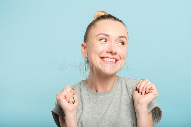 Улыбка жаждущая счастливой возбужденной женщины Yay эмоциональная стоковые фотографии rf