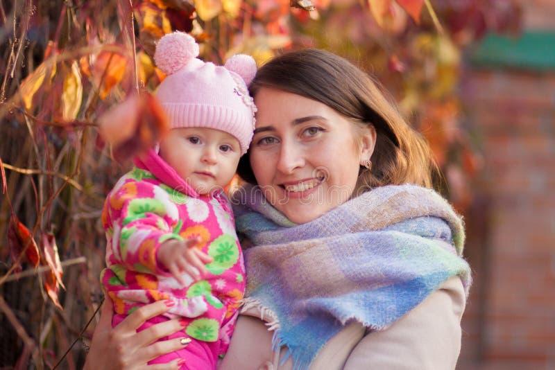 улыбка матери и дочери стоковое фото rf
