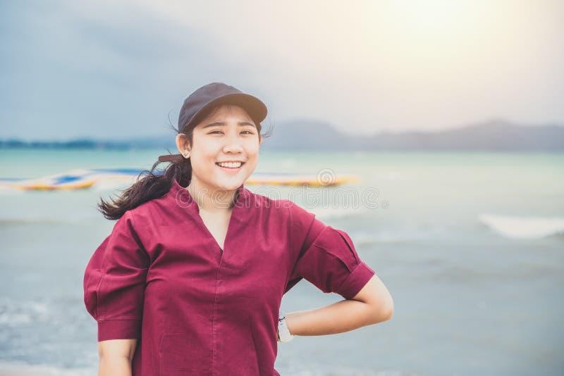Улыбка милого азиатского тучного предназначенного для подростков портрета зубастая стоковая фотография