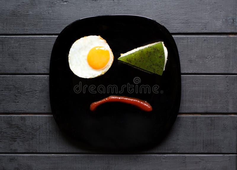 Улыбнись сладким завтраком с любовью Различные эмоции Люди Печально или счастливо Вкусная еда стоковое изображение rf