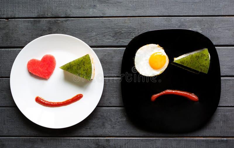 Улыбнись сладким завтраком с любовью Различные эмоции Люди Печально или счастливо Вкусная еда стоковые фотографии rf