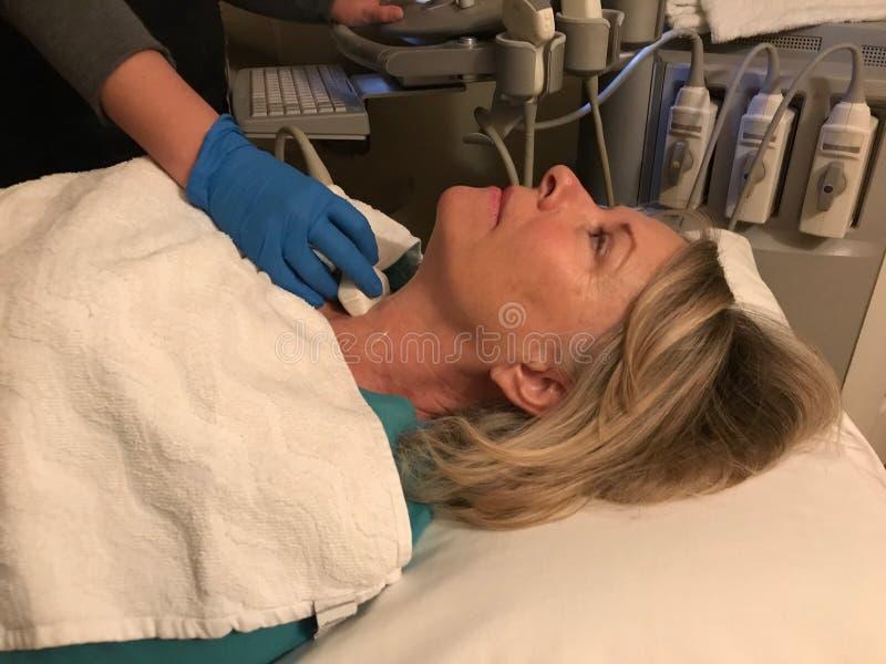 Ультразвук тироидной железы ` s женщины стоковое фото