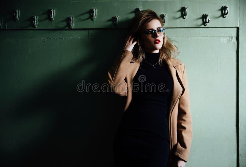 Ультрамодная девушка битника в стеклах на винтажной предпосылке уборной стоковая фотография