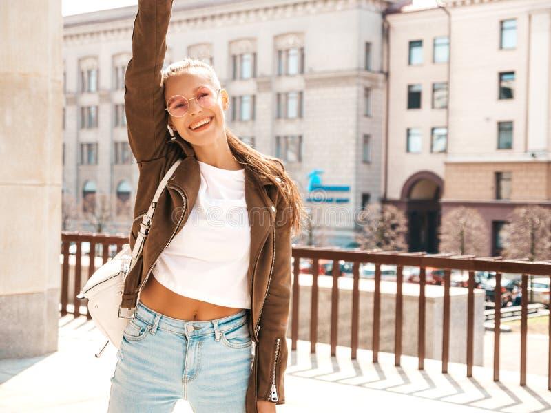 Ультрамодная девушка в случайных одеждах лета стоковое изображение rf
