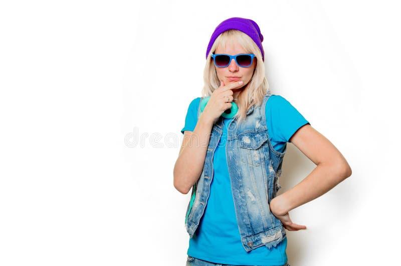 Ультрамодная девушка в шляпе и наушниках стоковое фото rf