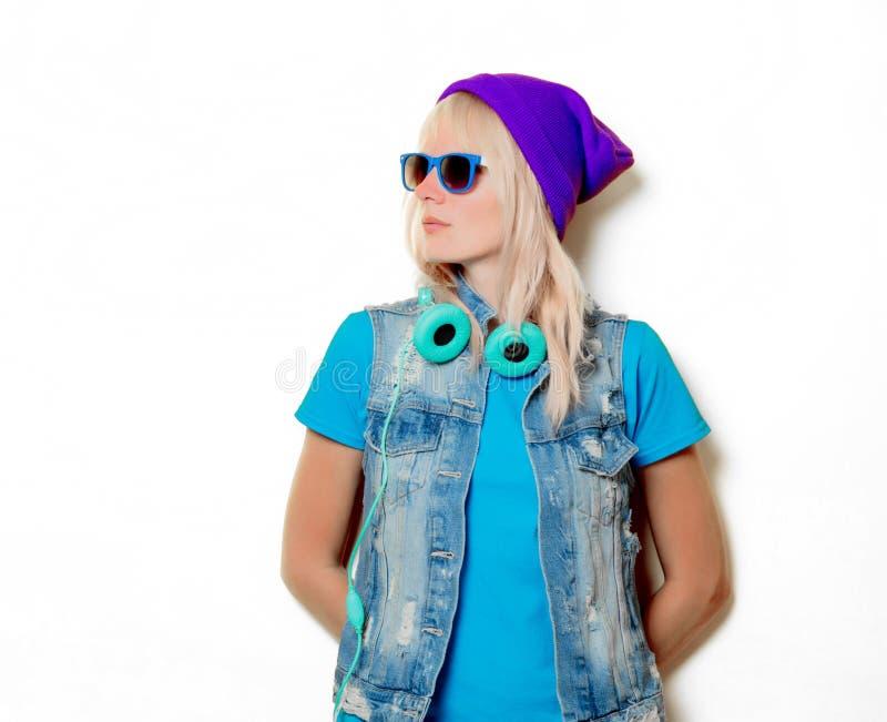 Ультрамодная девушка в шляпе и наушниках стоковая фотография
