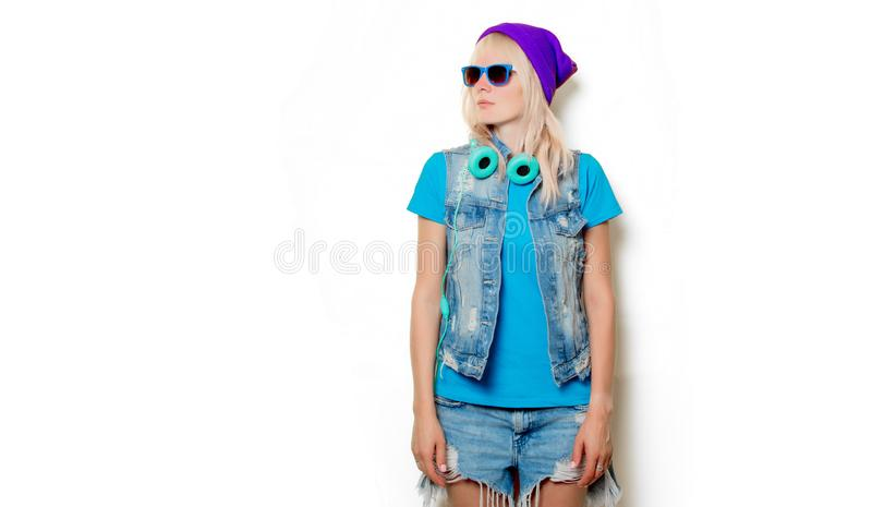 Ультрамодная девушка в шляпе и наушниках стоковое фото