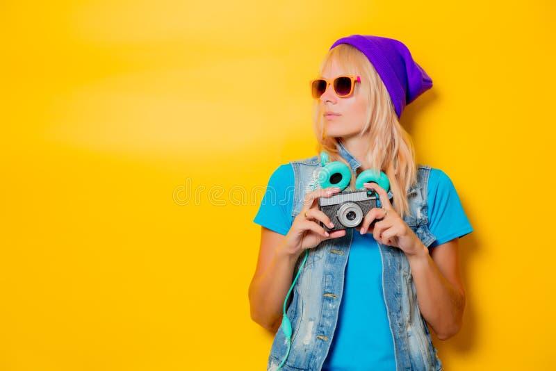 Ультрамодная девушка в шляпе с камерой стоковая фотография