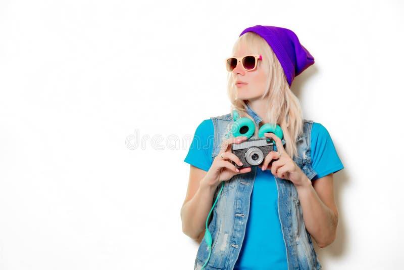 Ультрамодная девушка в шляпе с камерой стоковые изображения rf