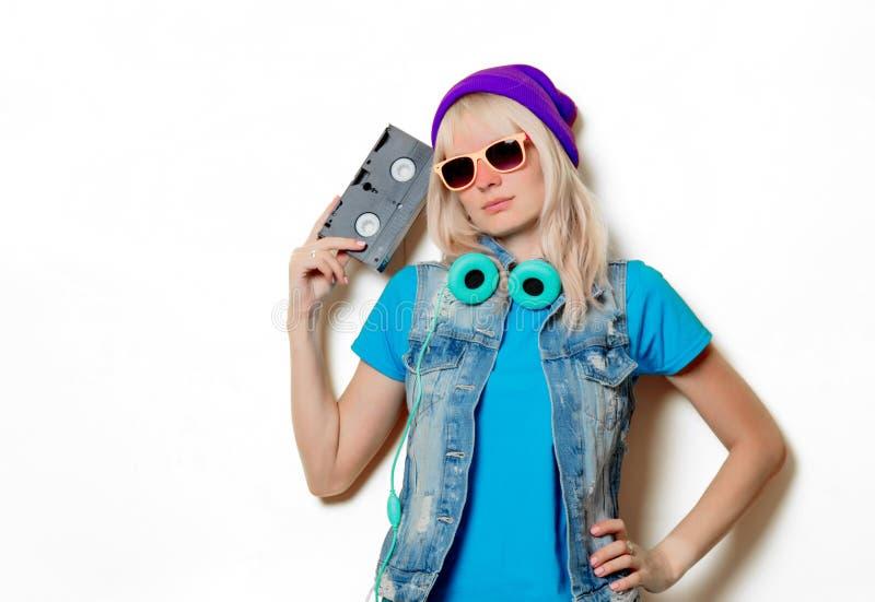 ультрамодная девушка в шляпе с кассетой VHS стоковое фото