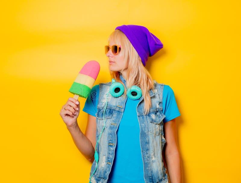 Ультрамодная девушка в шляпе с мороженым стоковые изображения rf