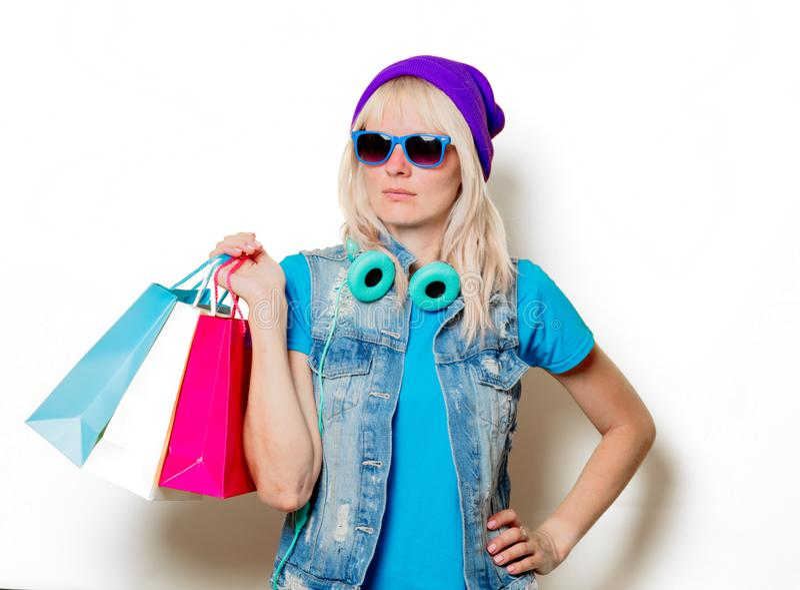 Ультрамодная девушка в шляпе с хозяйственными сумками стоковые изображения