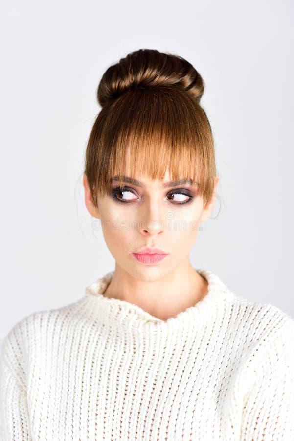 Ультрамодная женщина с стильными волосами на белой предпосылке Концепция взгляда моды Ретро девушка с элегантным составом на стор стоковые фото