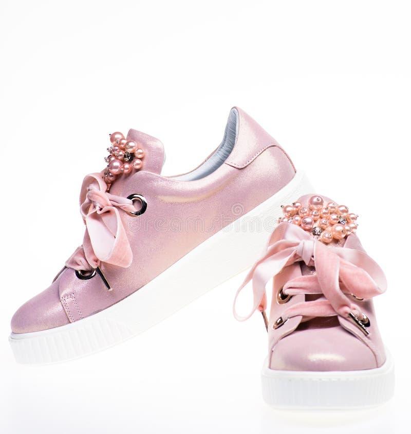 Ультрамодная концепция тапок Обувь для девушек и женщин украшенных с жемчугом отбортовывает Пары бледного - розовые женские тапки стоковая фотография rf