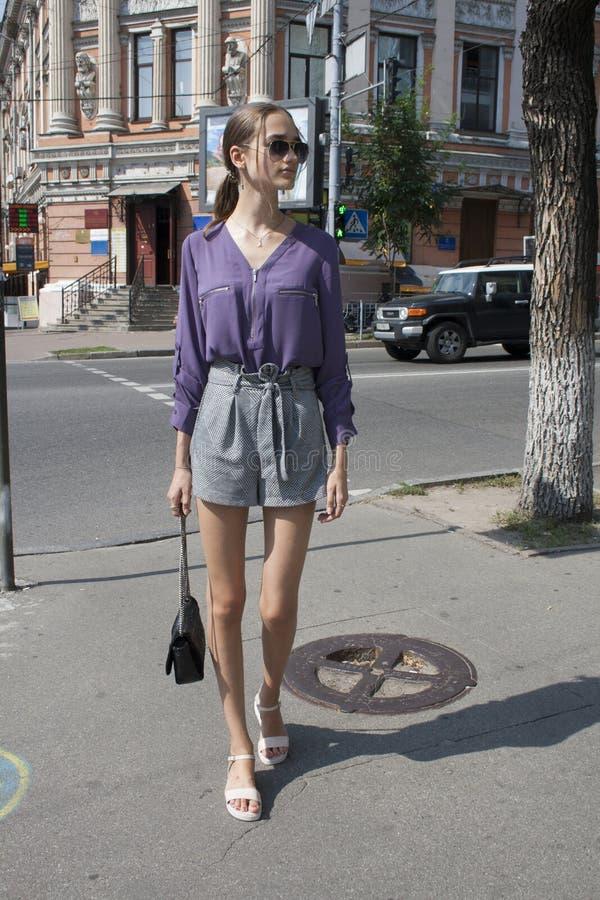 Ультрамодная красивая девушка идя улицы большого города, стиля улицы стоковая фотография rf