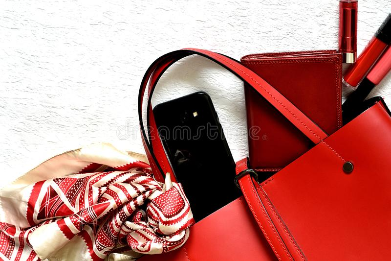 Ультрамодная красная женственная сумка разливая объекты стоковые фотографии rf