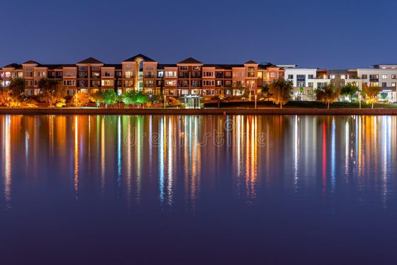 Ультрамодные кондо прибрежной полосы озера стоковая фотография