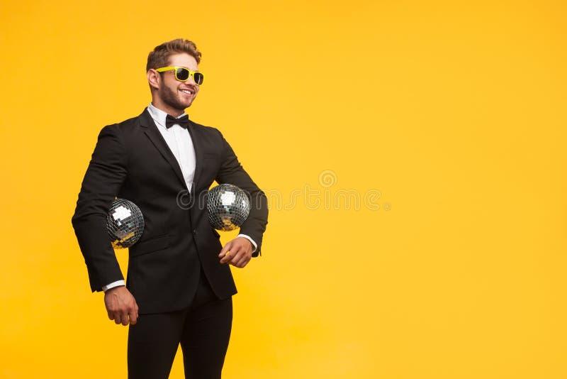 Ультрамодный человек партии в костюме стоковое фото rf
