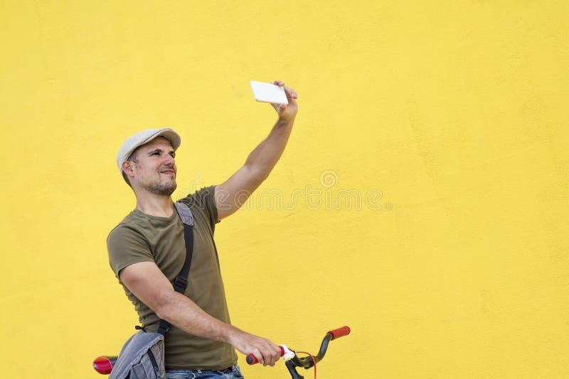 Ультрамодный человек принимая selfie с его фиксированным велосипедом стоковое фото
