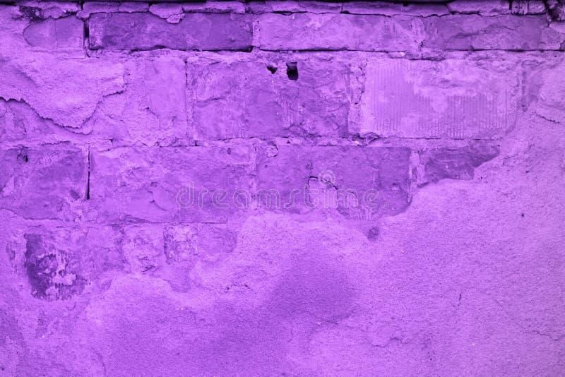 Ультрафиолетовый луч 2018 тенденции Pantone, кирпичная стена покрашен на ультрафиолетовом луче стоковое изображение rf