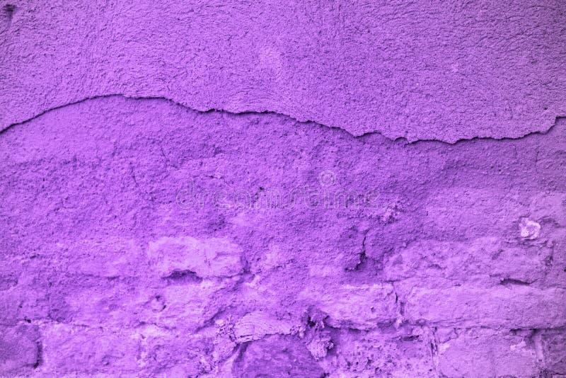 Ультрафиолетовый луч 2018 тенденции Pantone, кирпичная стена стоковые фотографии rf