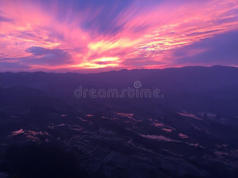 Ультрафиолетов небо - заход солнца в террасах риса Yuanyang стоковые изображения rf