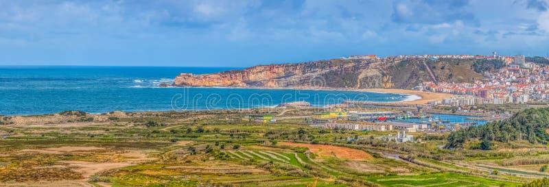 Ультра панорамный вид на деревне Nazare с touristic пляжем, Атлантическим океаном и небом стоковое изображение rf