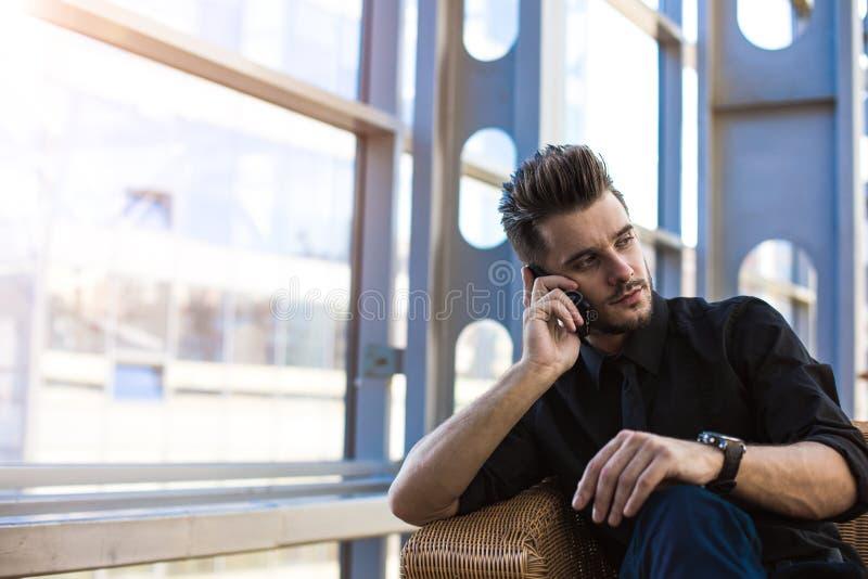 Умелый менеджер вызывая через мобильный телефон стоковая фотография rf