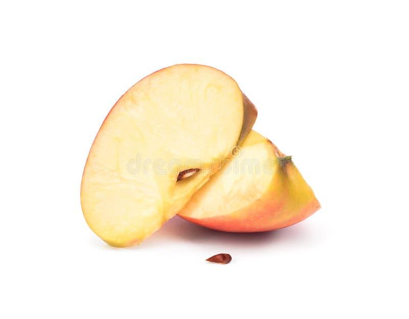 Уменьшанное вдвое яблоко на белизне стоковое изображение