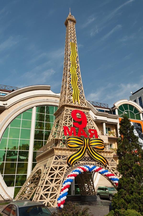 Уменьшенный экземпляр Эйфелева башни перед магазинами в Алма-Ате стоковое фото