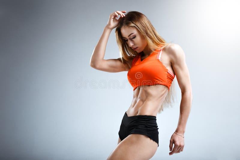 Уменьшите женскую модель фитнеса в белой студии стоковая фотография