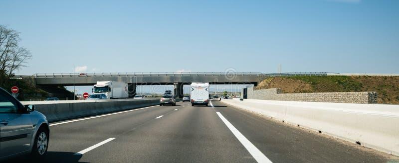 Умеренное движение на французском шоссе с автомобилями стоковое фото rf