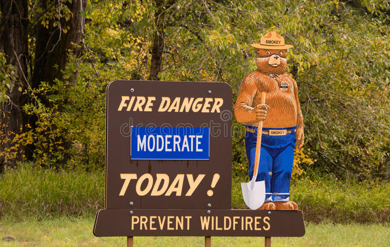 Умеренный сегодня Smokey опасности огня знак медведя стоковое фото rf