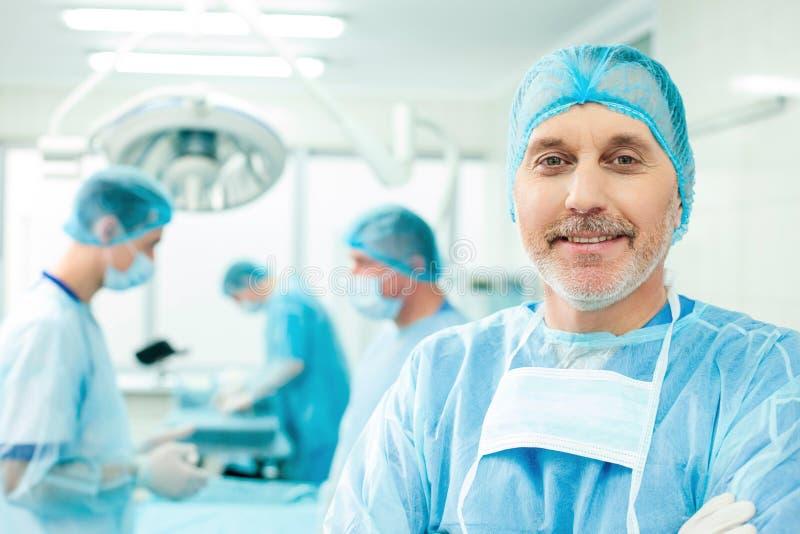 Умелая бригада хирургов в театре operating стоковое фото