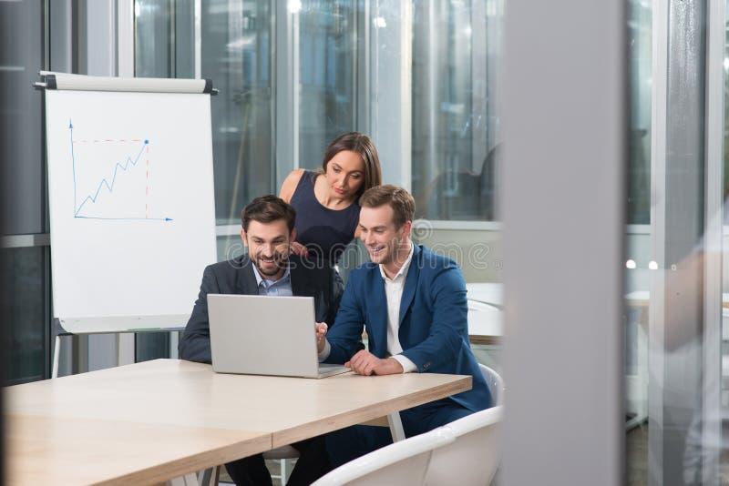 Умелые молодые коллеги работают в офисе стоковое изображение rf