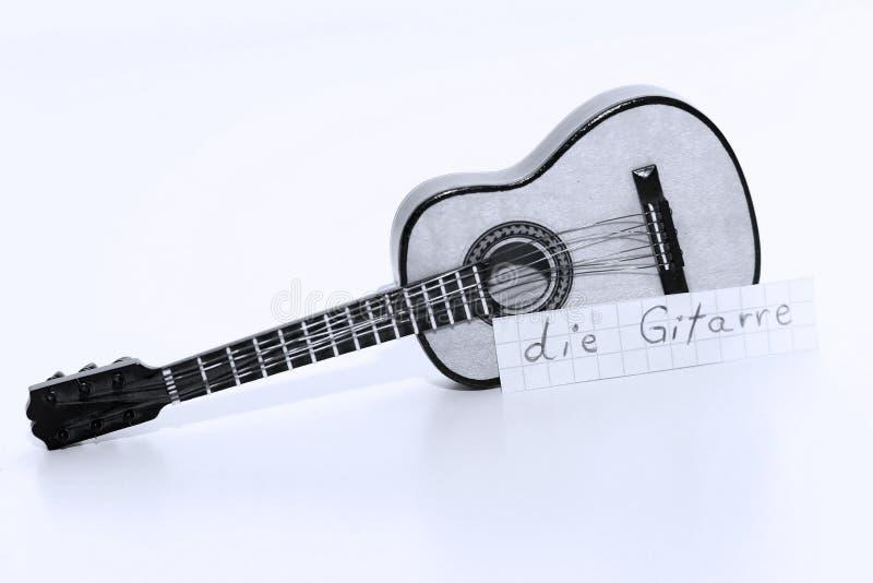Умирает Gitarre, немецкое слово для гитары в английском стоковые изображения rf