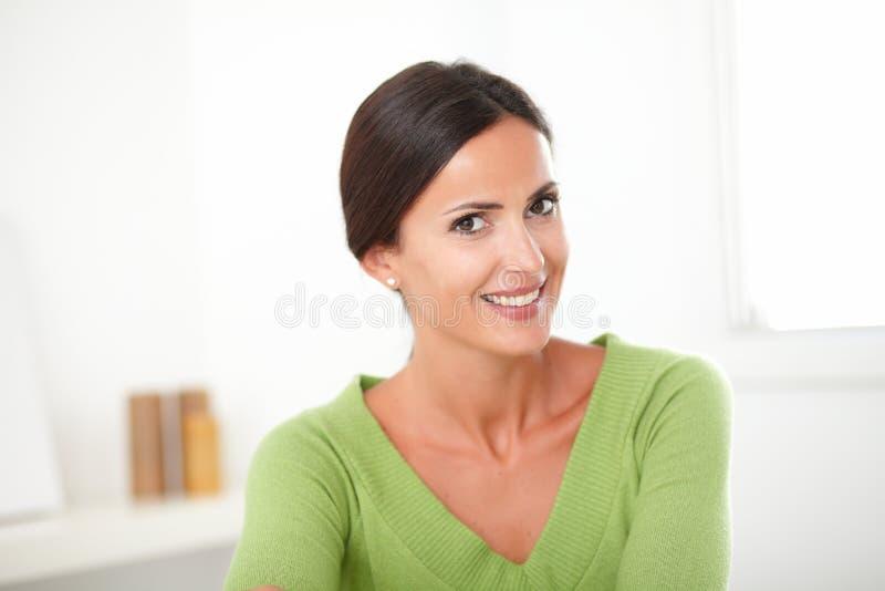 Умная женщина брюнет смотря задушевно удовлетворяемый стоковое фото