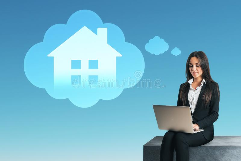 Умная концепция дома и интернета стоковые фото