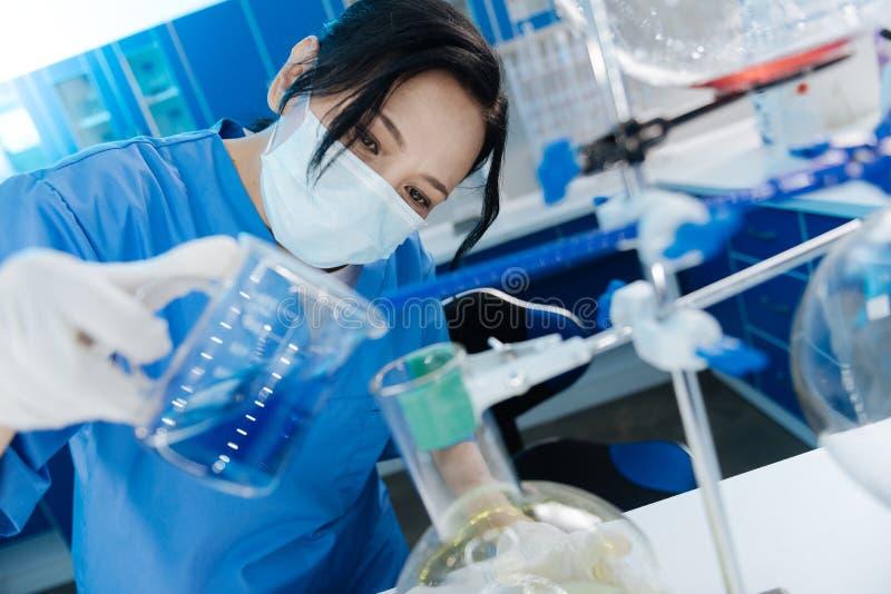 Умная славная женщина быть заинтересованный в химии стоковое изображение rf